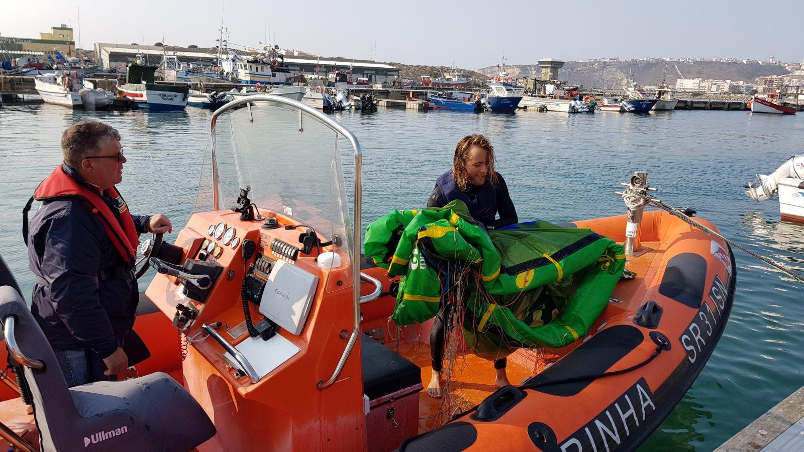praticante kitesurf nazare resgate2