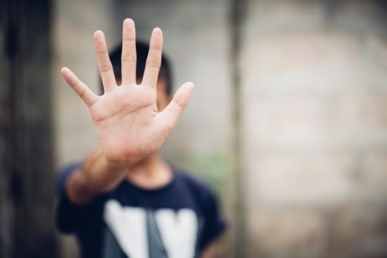 pare-de-abusar-da-violencia-do-menino-escravidao-infantil-em-borrao-de-imagem-angulo-conceito-do-dia-dos-direitos-humanos_2919-26